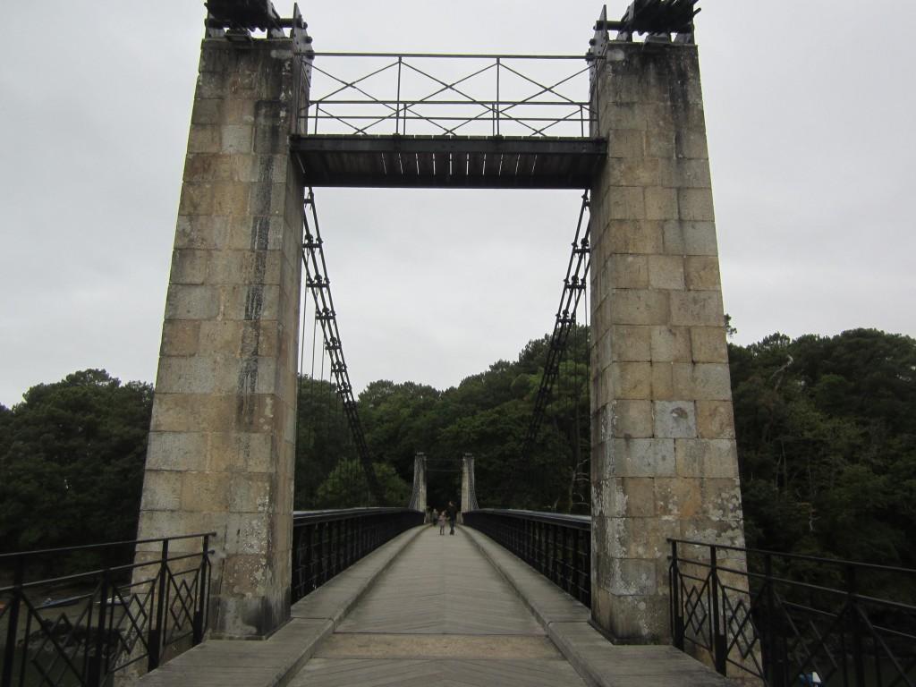 Le vieux pont suspendu dans La Maison Violette img_2153
